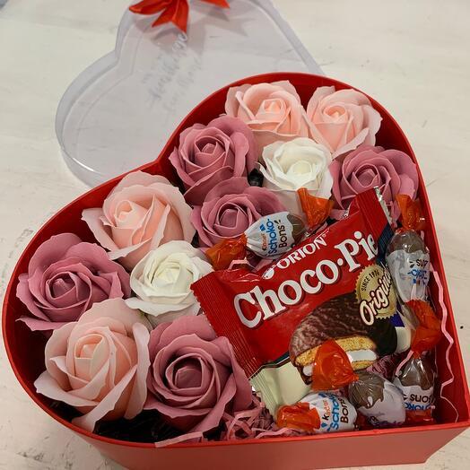 Сердце с мыльными розами и сладостями
