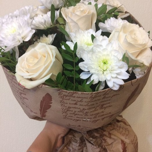 Нежный букетик из белых роз и хризантем