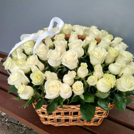 Корзина белых роз: букеты цветов на заказ Flowwow