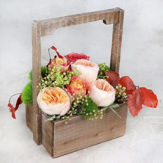 Композиция в из пионовидных роз и капса в деревянном ящике