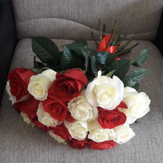 21 красная и белая роза: букеты цветов на заказ Flowwow