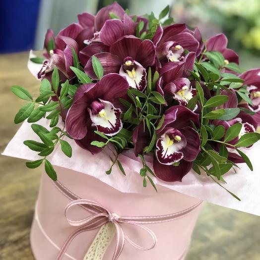 Шляпная с орхидеями L: букеты цветов на заказ Flowwow
