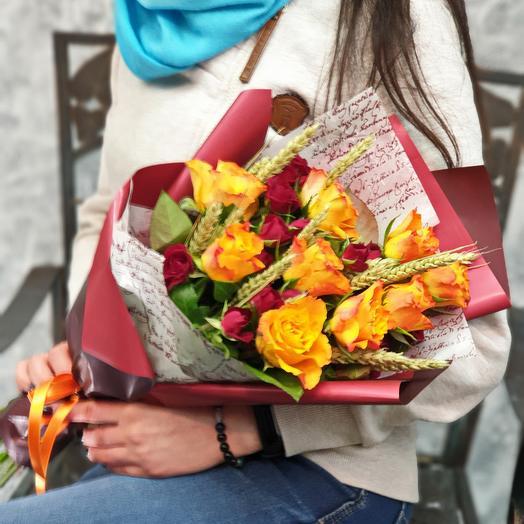 Букет из роз с пшеницей в стильной упаковке: букеты цветов на заказ Flowwow