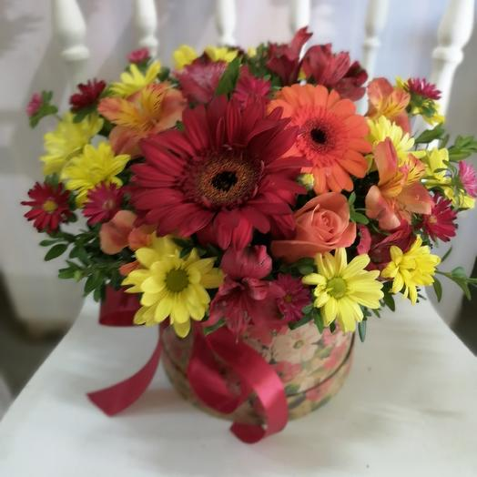 Букет с герберой в шляпкой коробке: букеты цветов на заказ Flowwow