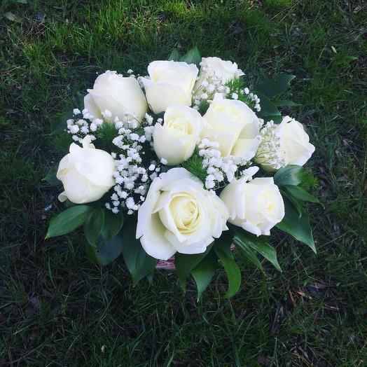 Нежные белые розы в коробке