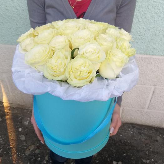 Коробка с белыми розами: букеты цветов на заказ Flowwow