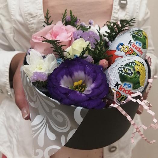 Коробка с Киндер сюрпризом и живыми цветами