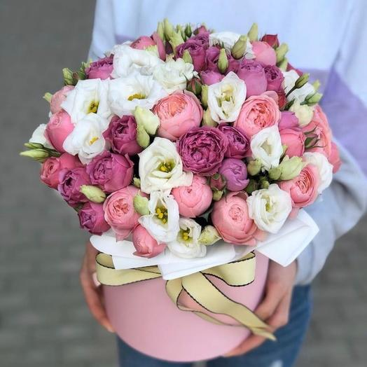 Шляпная коробка с пионовидными розами и эустомой «Сады Англии»