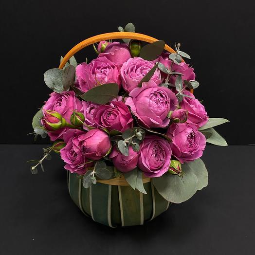 Корзинка пионовидных роз