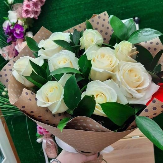 9 белых роз с рускусом