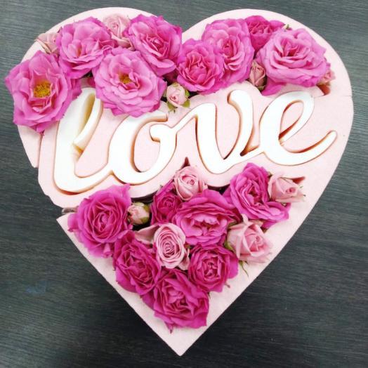 Розовое сердце Love с кустовыми розами