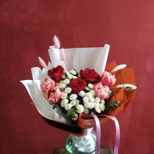Букет с розами и тюльпанами