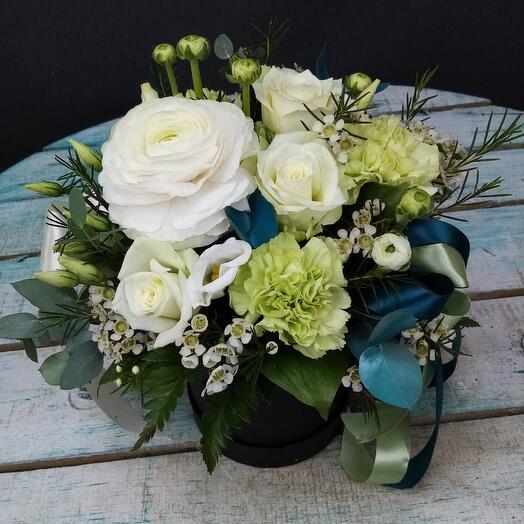 Цветы в коробке с ранункуллюсом
