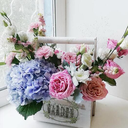 Деревянный ящичек с гортензией и розами