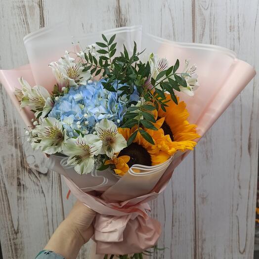 Красивый с гортензией, подсолнухами и ассорти цветов