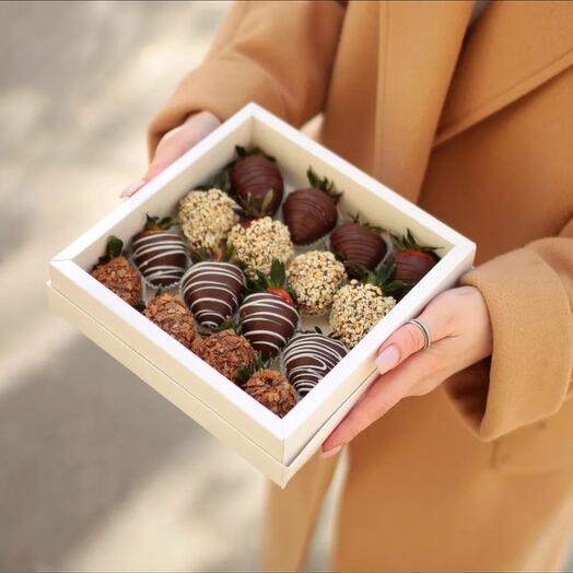 Коробочка на 16 клубник в шоколаде