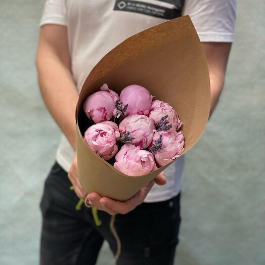 7 нежных пионов с ароматной  лавандой в крафтовом кульке