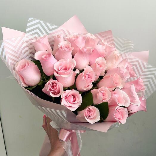 25 розовых роз с упаковкой