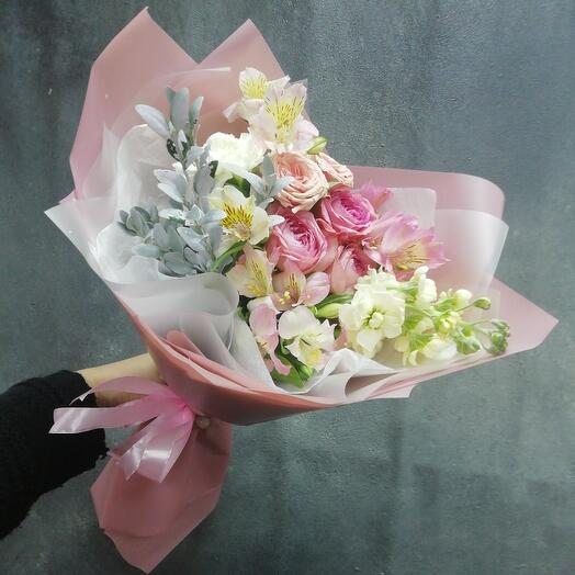 Букет с матиолой и кустовыми розами