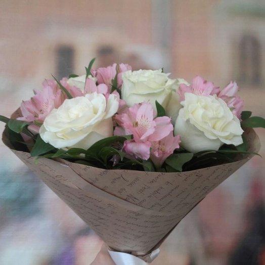 Сборный букет из белых роз и розовых альстромерий