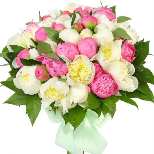 Букет из 39 розовых и белых пионов: букеты цветов на заказ Flowwow