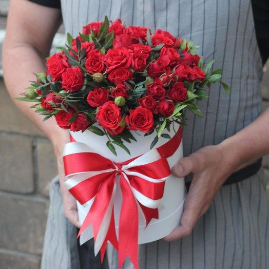 Красные кустовые розы в коробке: букеты цветов на заказ Flowwow