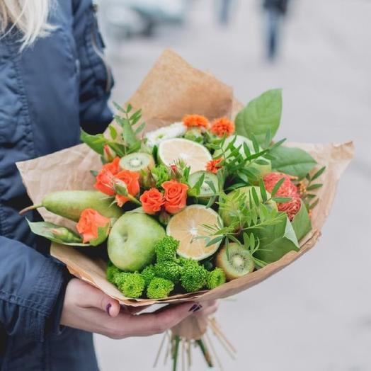 Яркий букет из фруктов с цветами