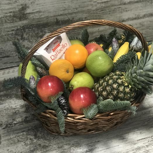 Новогодняя корзина фруктов с ананасом