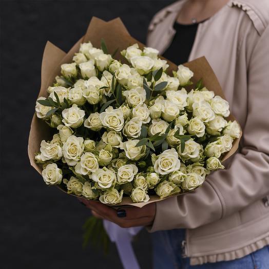 """Букет из """"25 белых кустовых роз с эвкалиптом"""": букеты цветов на заказ Flowwow"""