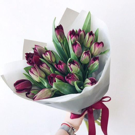 Букет из 19 тюльпанов винного цвета: букеты цветов на заказ Flowwow