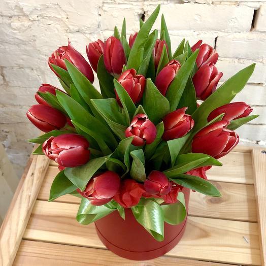 Шляпная коробка из красных Тюльпанов: букеты цветов на заказ Flowwow