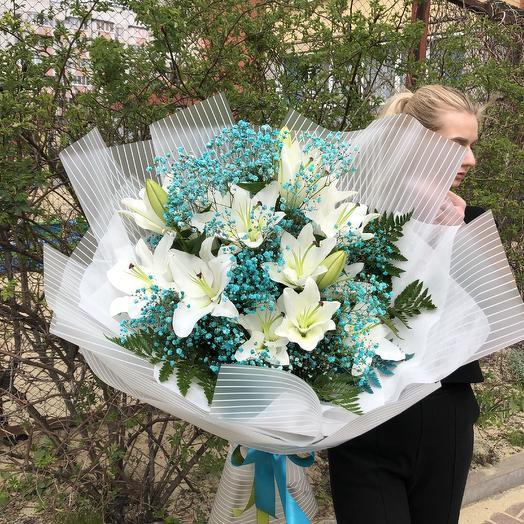Лилии в голубом: букеты цветов на заказ Flowwow