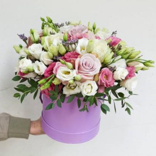Эустомы и розы в шляпой коробке