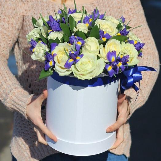 Шляпная коробка с розами и ирисами «Восторг»