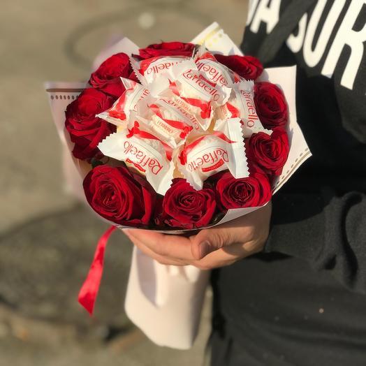 Букет из роз и рафаелло