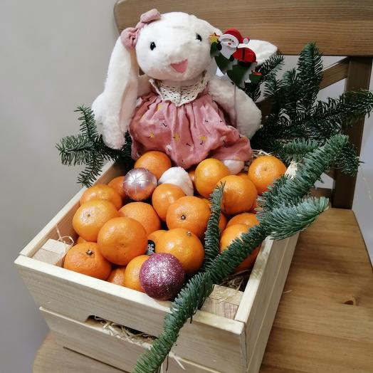 Ящик мандарин и мягкая игрушка