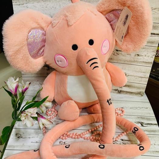 Милый слоник с длинным хоботом