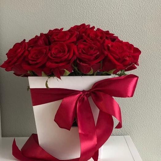 Цветы в коробке Love story 25 красных роз