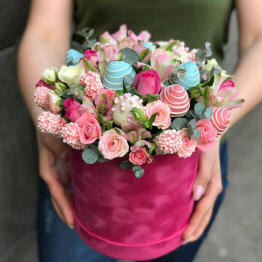 Цветы в коробке с клубникой🍓 в шоколаде🎀 и маршмелоу 🍫