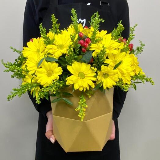 Композиция с ромашковыми желтыми хризантемами