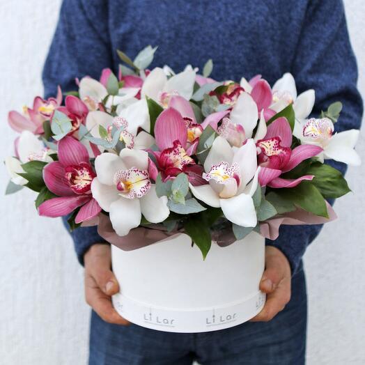 Букет из орхидей в шляпной коробке 87