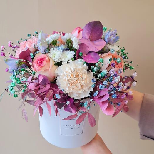 Сиреневые цветы в коробке