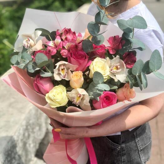 Букет из орхидеи, роз и альстромерии