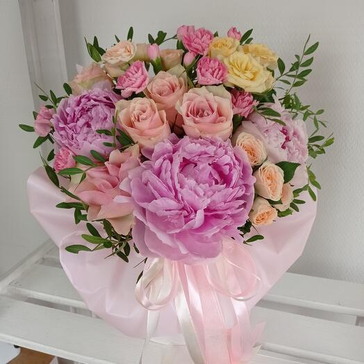 """""""Для тебя"""" С ароматными пионами и розами в шляпной коробке"""