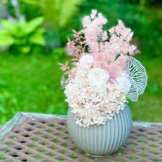 Интерьерная ваза с цветами круглая