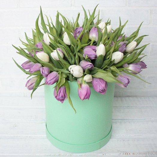 Белые и фиолетовые тюльпаны в шляпной коробке: букеты цветов на заказ Flowwow