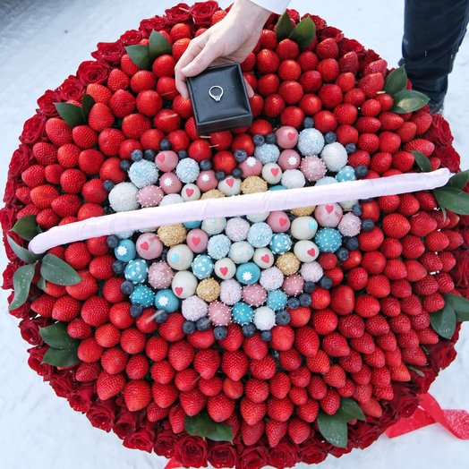 Корзина с клубникой и розами VIP