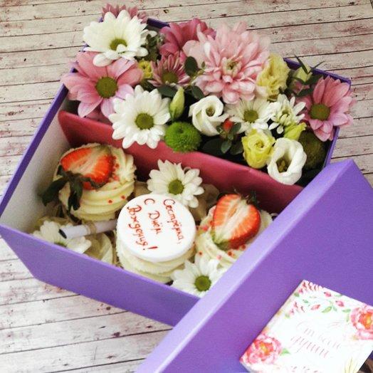 Цветы в коробке с капкейками: букеты цветов на заказ Flowwow