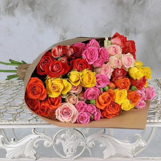 Букет из 15 разноцветных кустовых роз в крафте: букеты цветов на заказ Flowwow