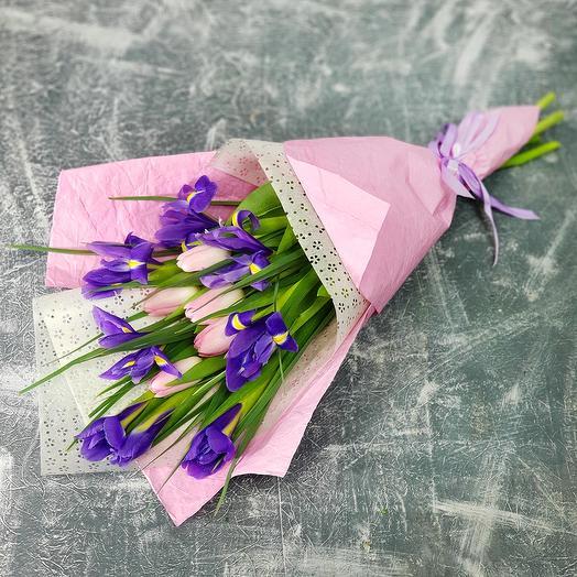 Весенний букет из ирисов и тюльпанов: букеты цветов на заказ Flowwow